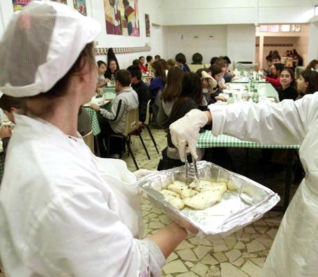 Carne avariata nelle mense di scuole, ospedali e caserme: arresti