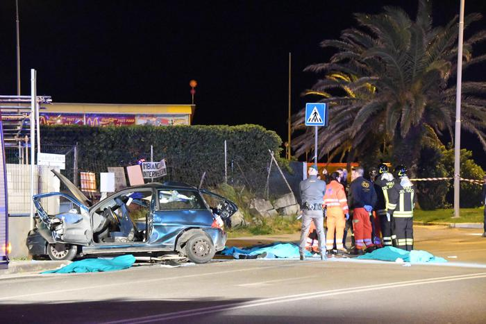 Auto si ribalta in curva, muoiono quattro ragazzi