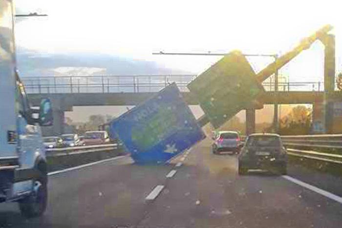 Napoli, cartello stradale cade sulla carreggiata per il forte vento