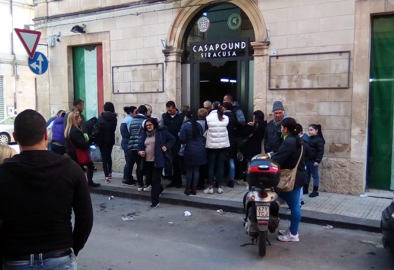 CasaPound  Siracusa distribuisce pacchi alimentari alle famiglie in difficoltà