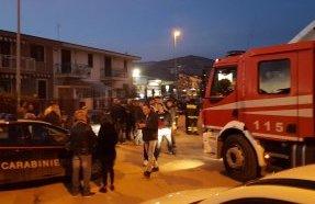 Far west nel Casertano: spara dal balcone e ferisce 5 persone