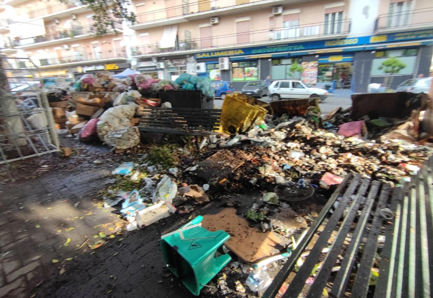 Catania, cassonetti bruciati e spazzatura ovunque: serve soluzione definitiva