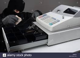 Ladri in un negozio a Priolo  portano via il registratore di cassa