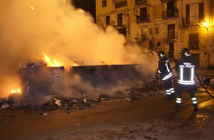 Roghi di cassonetti a Palermo: è di nuovo emergenza rifiuti