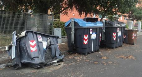 Vandali in azione a Ostia, ancora cassonetti in fiamme