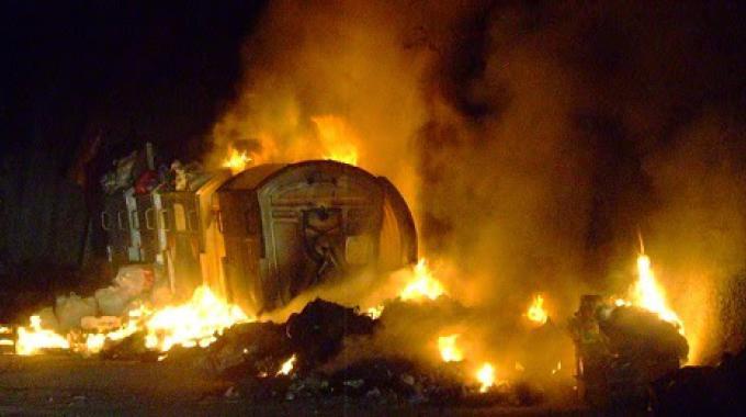 Incendi, cassonetti dei rifiuti in fiamme nella notte a Palermo
