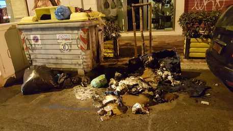 Rifiuti: venti cassonetti incendiati a Bari, danneggiate anche auto
