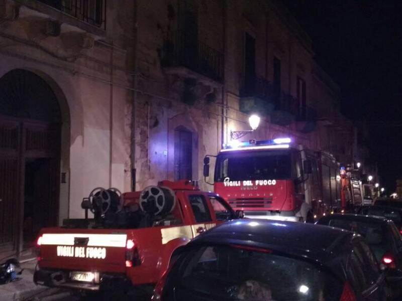 Scoppia un incendio a casa,  salvato nella notte dai cani a Castelvetrano