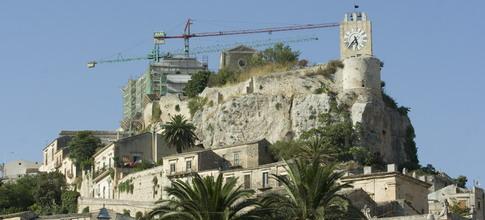 Modica, si smonta una gru al Castello dei Conti: modifiche alla viabilità