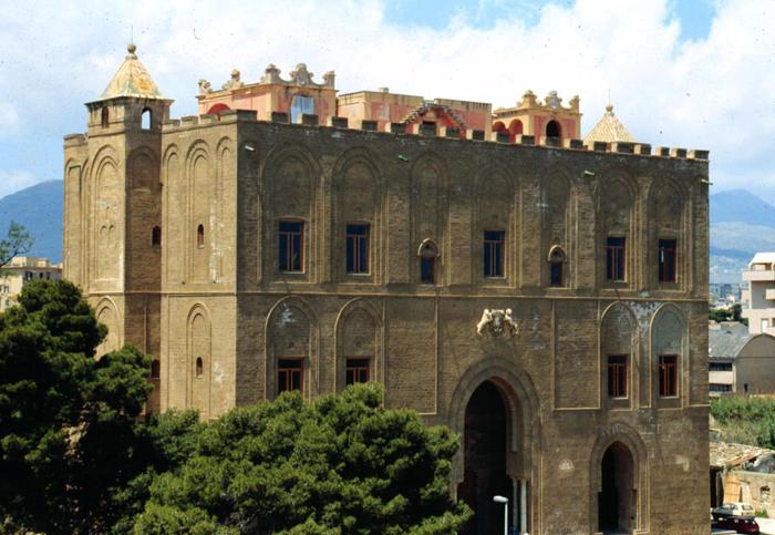 Fulmine colpisce Castello della Zisa a Palermo, crollo di calcinacci