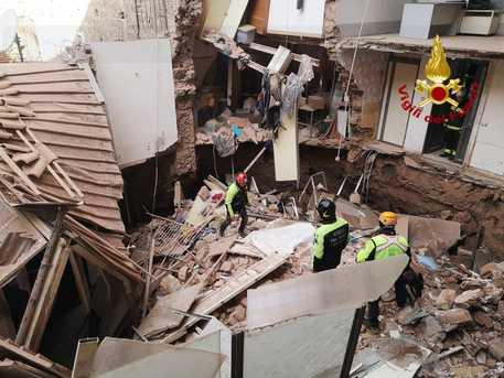 Il crollo del palazzo a Catania, tecnici dell'Enel disattivano l'energia