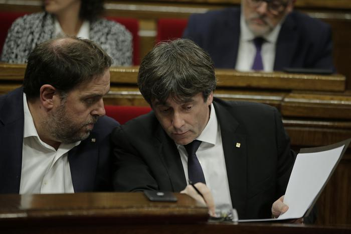 La Catalogna dichiara l'indipendenza ma la sospende