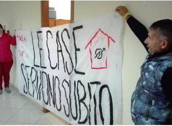 Catania, assegnazioni alloggi: manifestanti bloccano ufficio Casa del Comune