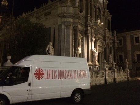 Venti persone senza casa occupano il Duomo di Catania