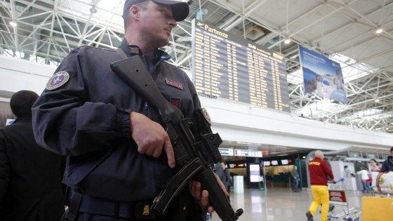Catania, in aeroporto con 15 mila euro e merce rubata: denunciata