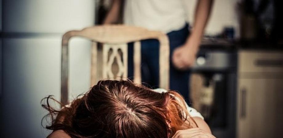 Catania, sputi e calci contro la moglie per anni in presenza dei figli
