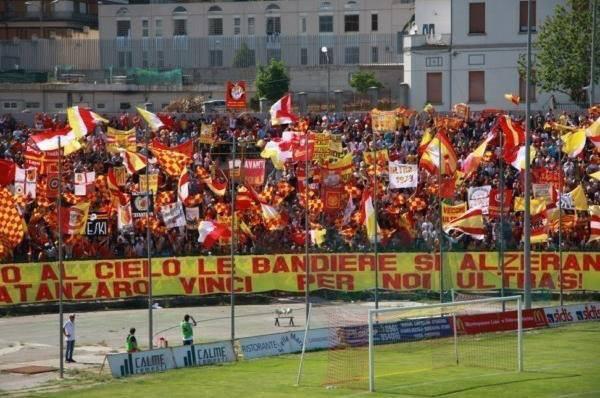 Partite di calcio vietate per 19 tifosi del Catanzaro