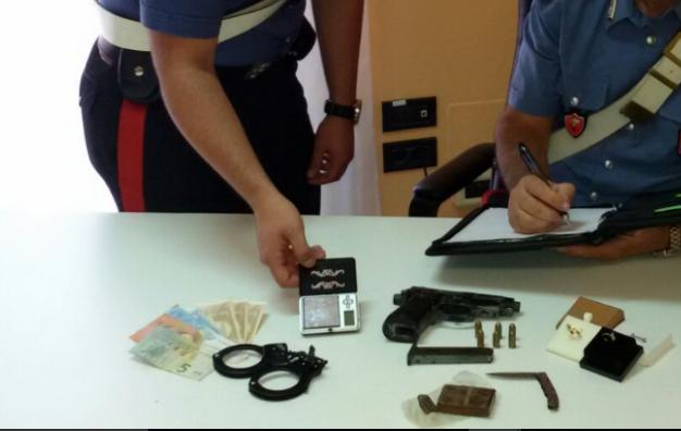 Siracusa, aveva in auto hashish e una pistola: arrestato