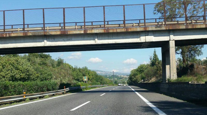 Calcinacci da viadotto autostrada A18: 3 auto danneggiate