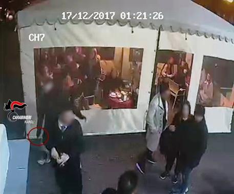 Accoltellati a Napoli per uno sguardo di troppo, denunciati minori