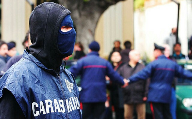 Napoli, estorsioni: arrestati moglie e figlio del boss Belforte
