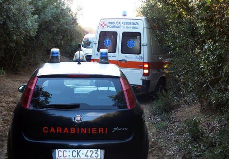 Investe tre ciclisti nel Napoletano e fugge, uno è morto: preso il