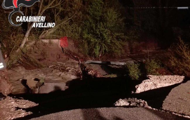Maltempo: crolla un ponte nell'Avellinese, strada interrotta