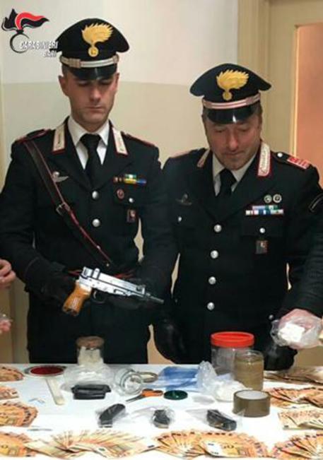Un mitra e 350 grammi di cocaina sotterrati, arresto nel Barese