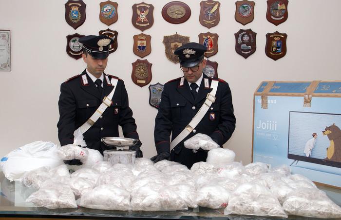 Napoli, 22mila dosi di eroina e kobret in cantina: scatta il sequestro