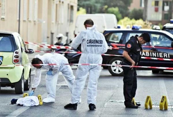 Cadavere in strada a Napoli, morto per un colpo di pistola