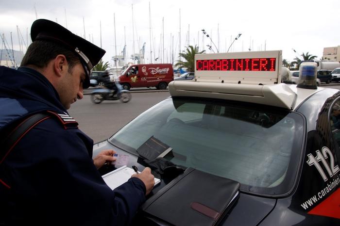 Con una pinza sfila banconota a un turista: scoperto a Palermo
