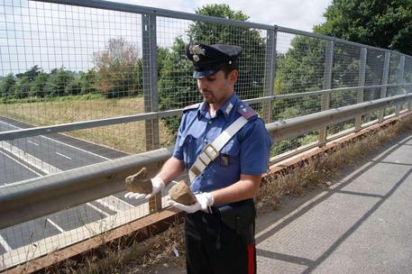 Lancia sassi da un cavalcavia, arrestato diciottenne a Bari