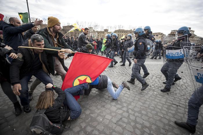 Erdogan a Roma, scontri al sit in di protesta: un ferito
