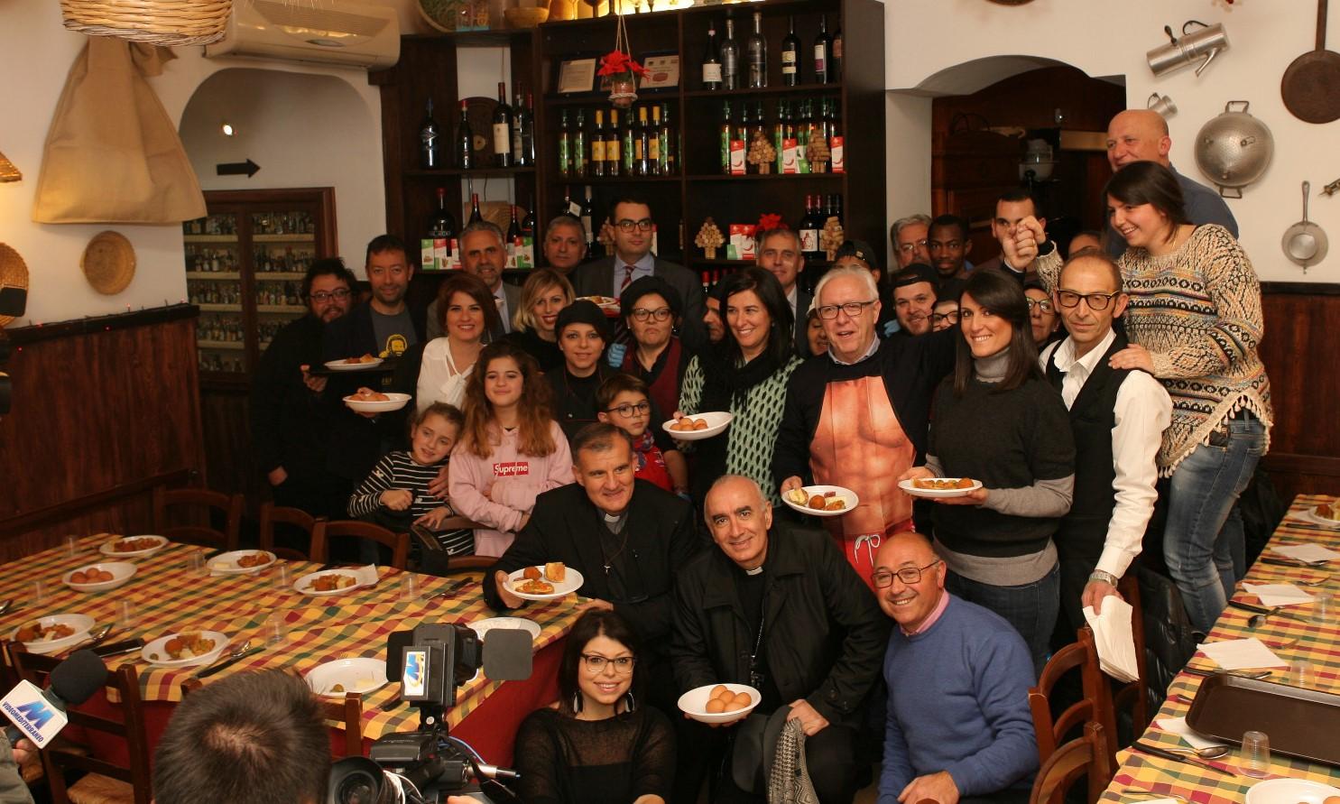 Modica, cena solidale: tra i camerieri anche sindaco e vescovo
