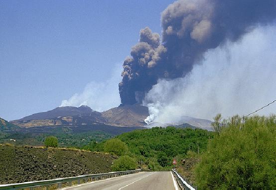 Etna, aumenta l'attività stromboliana: emissione di cenere dalla sommità