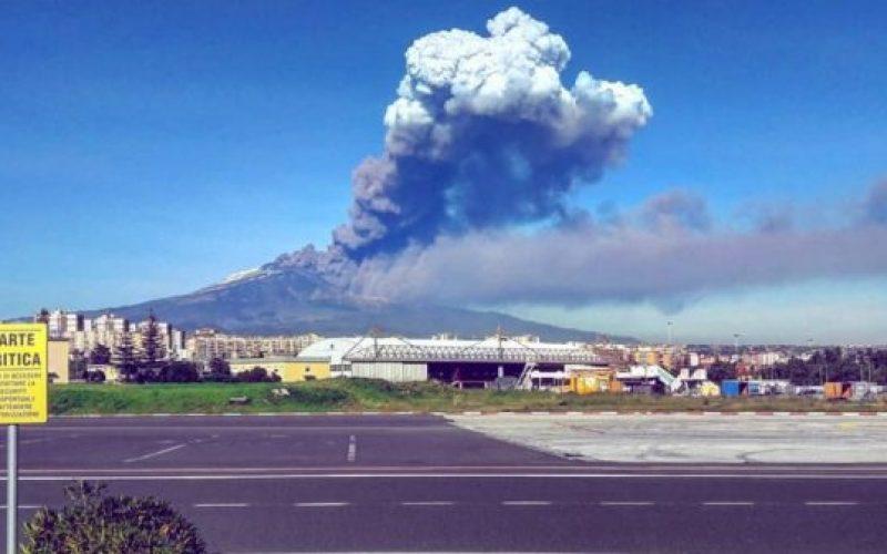 Etna, cenere sull'aeroporto di Catania: 4 atterraggi ogni ora