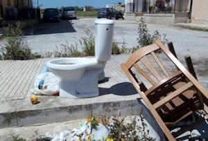 Pachino, non c'è senso civico: una tazza del water da un mese in un incrocio stradale