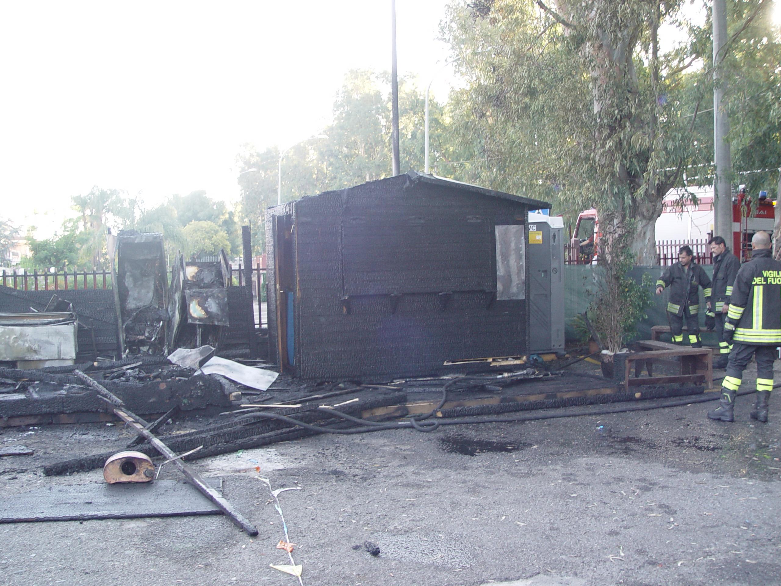 Incendio nella notte a Priolo, bruciato un chiosco-panineria