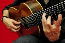 Siracusa, si spoglia al Tempio di Apollo e suona la chitarra: cileno denunciato