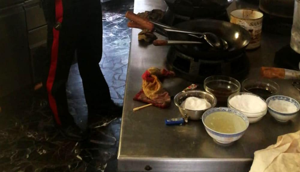 Tre lavoratori in nero in un ristorante di Patti e cibo congelato in vendita
