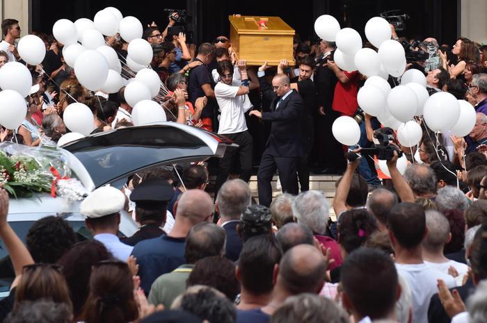 Scandicci, una folla immensa per l'addio a Niccolò