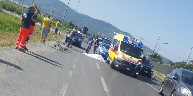Ciclista travolto e ucciso nel Salernitano: aveva 66 anni