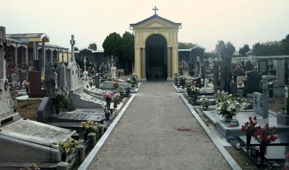 Lavoro: contratto chiuso, protestano i dipendenti del cimitero di Napoli