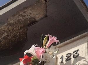 Il cimitero di Sortino in pieno degrado: anche caduta di calcinacci