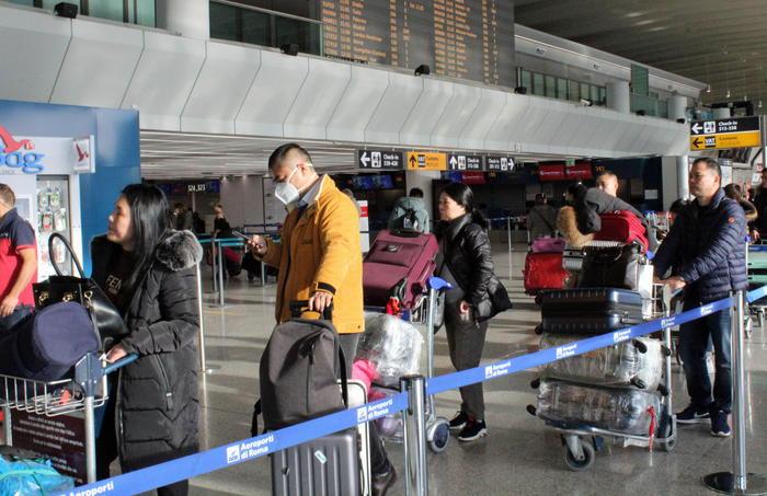 Il virus in Cina, controllati 200 passeggeri a Fiumicino arrivati con un volo da Wuhan
