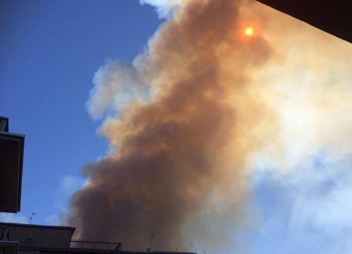 Scoppia un incendio nella zona di Cinecittà, intervento degli elicotteri