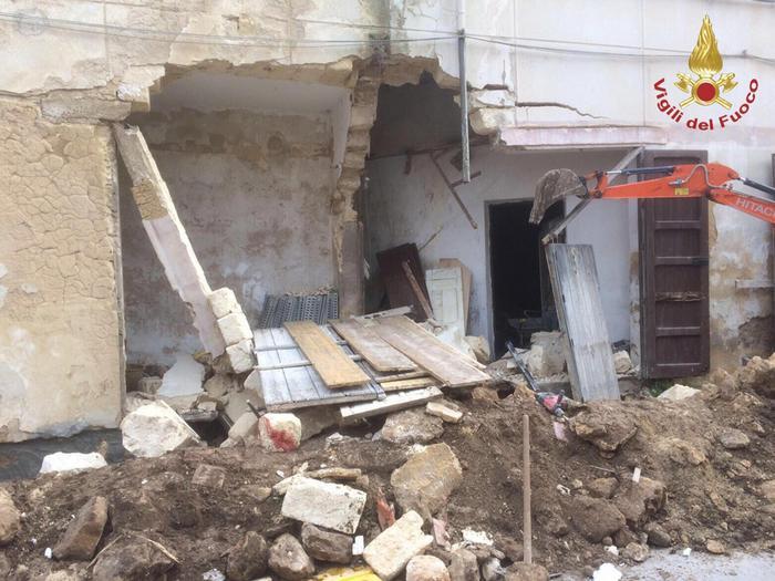 Crolla un ex cinema a Campobello di Mazara: due operai estratti vivi dalle macerie