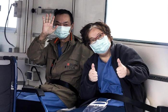 """Dimessa a Roma prima coppia di cinesi malati: """"Ci avete salvato la vita"""""""