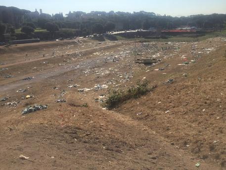 Roma, cumuli di rifiuti al Circo Massimo dopo l'incontro con il Papa