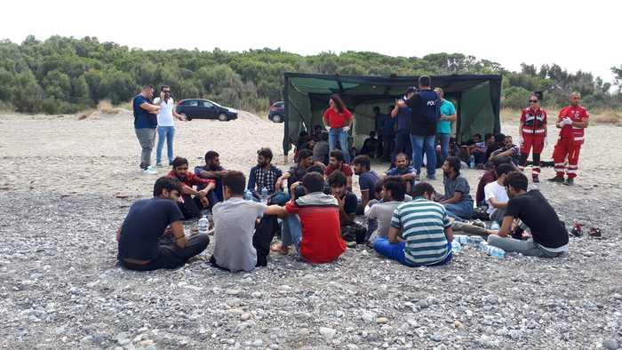 Sbarcati a Cirò 57 migranti pakistani con una barca a vela di 16 metri